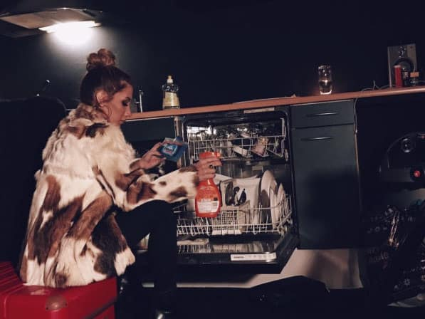 bulaşık makinası önünde İrem DErici